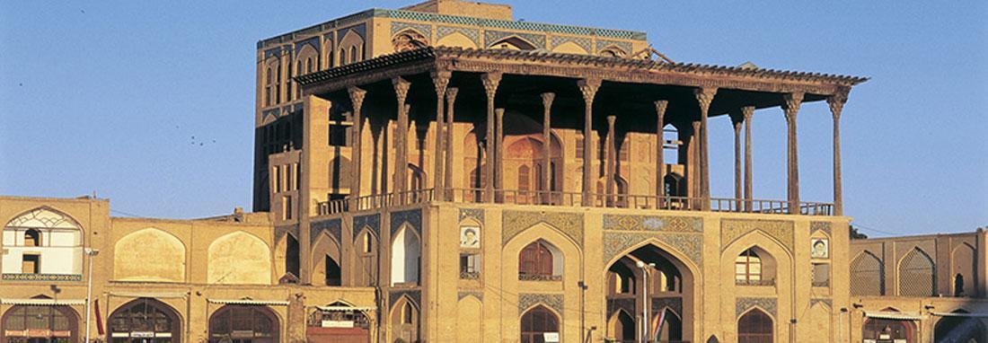 داربست های ایوان کاخ عالی قاپو اصفهان جمع آوری می شود