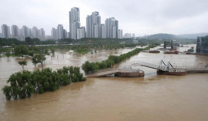 خبرنگاران تازیانه باران های سیل آسا بر تن کره جنوبی، غرق شدن مردم در گل و لای